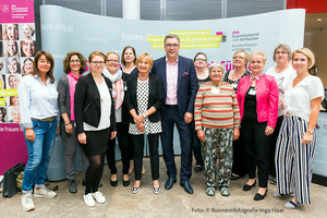Elke Stirken (sechste von links), Andreas Hemsing (Mitte), Mareike Klostermann (ganz rechts), mit Kolleginnen der komba (Foto: © Businessfotografie Inga Haar)