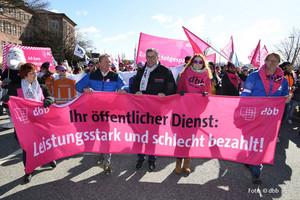 v.l.n.r.: Ines Kirchhoff, Landesvorsitzende der komba gewerkschaft hamburg, Kai Tellkamp, Andreas Hemsing, Karoline Herrmann (Foto: © dbb)
