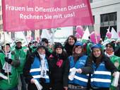 Mehr als 1.000 dbb Mitglieder demonstrierten am 09. Februar 2010 in Berlin: Astrid Hollmann und Kirsten Lühmann pfiffen für die Frauen im öffentlichen Dienst.