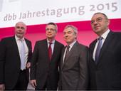 v.l.n.r.: Uli Silberbach (dbb-Vize), Thomas de Maizière (Bundesinnenminister), Dr. Norbert Walter-Borjans (Finanzminister NRW), Klaus Dauderstädt (dbb-Chef) (Foto: © Marco Urban, dbb)