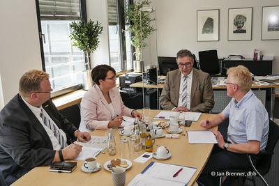 v.l.n.r.: Maik Maschke (stellvertretender BVLK-Bundesvorsitzender), Anja Tittes (BVLK-Bundesvorsitzender), Andreas Hemsing und Tarifbeauftragte des BVLK Klaus Torp (Foto: © Jan Brenner, dbb)