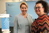 Bundesfamilienministerin Dr. Franziska Giffey (links) und Sandra van Heemskerk, Vorsitzende des Bundesfachbereichs Sozial- und Erziehungsdienst (Foto: © komba gewerkschaft)